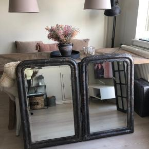 To helt unikke smukke spejle sælges.  Spejlene er lavet af jern med patina, og derfor er der ikke to ens spejle.   Spejlene er nye og aldrig taget i brug. Fejlkøb.  Prisen er pr styk.  Mål: 90 x 60 ca.  Obs:  Vi har yderligere samme spejl til salg i målene 115 x 80 ca.