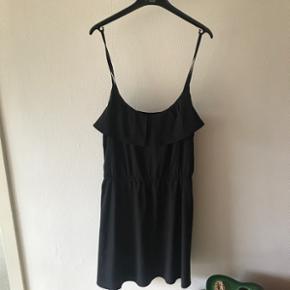 Super sød sort kort kjole fra h&m i str.42.  Sød detalje på brystet  Sender gerne - køber betaler fragt  BYD