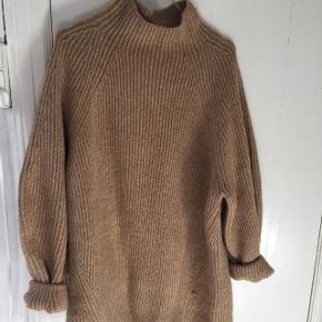 //lækreste sweater i camel farvel//går til lige under numsen //dejlig blød og varm