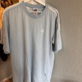 Fed vintage Adidas 3 stripe t-shirt. Large men fitter også medium