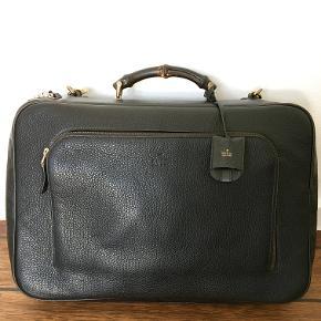 Bamboo Cuir Leather Suitcase fra Gucci. 18.5″ x 12.6″ x 5.5 NYPRIS: 29.000 DKK  Købt i Gucci Store på strøget i København i 2017. Brugt meget få gange, og er i perfekt stand.  GIV ET BUD!  Kvittering haves ikke længere.  http://www.hommestyler.com/gucci-bamboo-suitcase-men-leather-cuir/