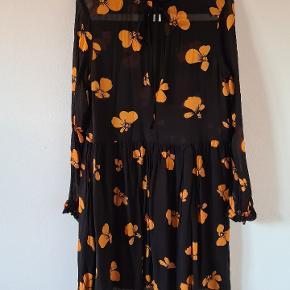 Ganni Fairfax Gorgette mini dress. Kjolen har ikke nogle tegn på brug. Jeg har klippet mprket af, da man kunne se det i det gennemsigtige stof. Den trænger til en strygning inden brug da viskosen trækker sig sammen efter vask.
