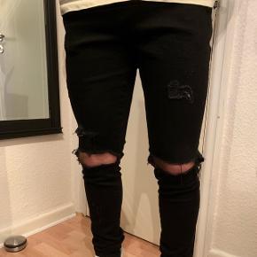 Represent jeans i sort, str 34 til herre. Aldrig brugt grundet fejlkøb, np var 1100 kr 800 kr inkl fragt