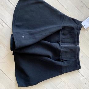 Nederdel med masser af sving i skørtet og lynlås bagpå.  Str 146/152.  Aldrig brugt - stadig med mærke på.  Nypris kr 400 Mindstepris kr 125+