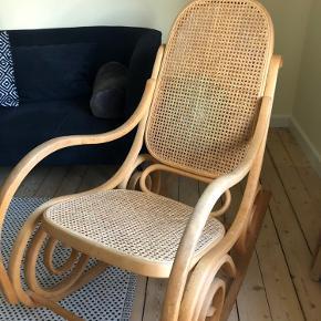 Vintage Gyngestol i træ med fransk flet på sæde og ryg. Har patina, men ellers fin stand.