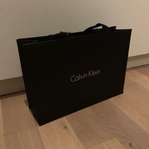 Sælger min pose fra Calvin Klein  Køb noget fra min shop og få posen med til halvpris♻️
