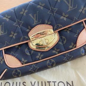 Overvejer at sælge min Limited edition Clutch Monogram Etoil fra Louis Vuitton.  Mp 10.000,-  Useriøse henvendelser besvares ikke!  Bytter ikke...