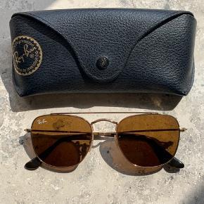 Sælger dette par fede og retro Ray-Ban solbriller. De fremstår i rigtig god stand, eftersom at de kun er blevet brugt få gange.   Modellen hedder 3557, og er svære at finde i butikkerne.