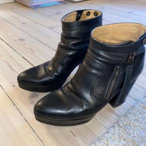 De mest behagelige støvler jeg har haft. Dette er mit 3. par og jeg har været så glad for dem. Perfekte hverdagsstøvler.  De har lidt slid på indersiden af hælen - pris sat derefter.   Kan ses og afhentes på Vesterbro