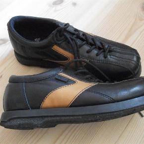 Varetype: sko Farve: sort brun  brugt 1 gang indersålen måler ca. 23,5 cm