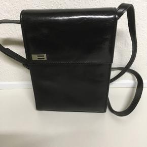 Flot taske i sort. 14x20 cm med lang skulderrem.
