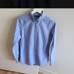 Super fin lyseblå skjorte fra only. Brugt enkelte gange, og fejler ingenting! Trænger dog til at blive strøget 😜