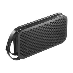 """B&O BEOPLAY A2 SORT  Kraftig bærbar Bluetooth-højttaler med lang batteritid  Bærbar Bluetooth højttaler  Bluetooth 4.0 med aptX  180W Forstærker og læderrem  Lang batterilevetid  Line-in til mp3-afspiller eller mobil enhed  USB-port til opladning af enhed under musikafspilning  2 × 3"""" fuldtonebasenhed, 2 × 3"""" basslaveenhed, 2 x 3/4'' diskantenhed  Lækker, stilren B&O-design af Cecilie Manz  https://www.expert.dk/hoejtalere-og-lyd/traadloese-hoejtalere/beo-beoplay-a2-sort/p-233432/"""