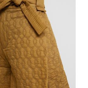 Helt nye shorts i lækker kvalitet.  Modellen hedder Joseline.  Kan passe både medium og large afhængig af hvordan man vil have dem til at sidde.   To lommer og lukkes med lynlås og hægte foran.