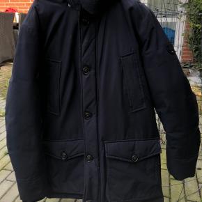NY PRIS!!  Sælger min kærestes vinterjakke fra Tommy Hilfiger. Brugt 1 sæson, og fremstår i pæn stand uden huller eller andet slid. En god, pæn og varm vinterjakke med dun. Sælges billigt!