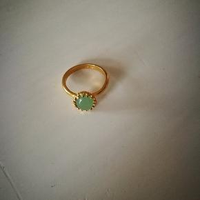 Så elegant og super fin med den grønne sten i...  Mener nypris var omkring de 1200 kr... Aldrig brugt