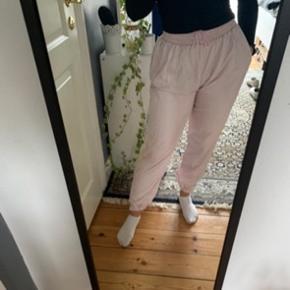 Mega fede vintage bukser som UDELUKKENDE sælges da de er for store. en smuk pastel lyserød med flotte pastel detaljer  på siden. De har et for indeni og er derfor også passende til det kolde vejer! ❄️🌧