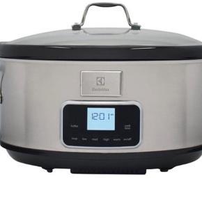 Brand: Elektrolux Varetype: Slog cooker Størrelse: Xx Farve: GRÅ Oprindelig købspris: 1299 kr.  Denne smarte slow cooker fra Electrolux er en genial lille hjælper i køkkenet. Den giver dig mulighed for at lave alt muligt andet i mens den gør arbejdet for dig.   Syv forskellige indstillinger: Slow cookeren har hele syv indstillinger: Lav, medium, høj, suppe, buffet, hold varm og nedtællingsur. Der er altså masser af muligheder for at få hjælp i køkkenet.   Touch Control Display: Det smarte Touch Control Display gør det let at navigere rundt i mellem de forskellige indstillinger og indstille slow cookeren efter dine behov. Den aftagelige gryde på hele 6,8 liter, kan efter brug afmonteres og tåler desuden maskinopvask.   Har modtaget i gave. Aldrig pakket ud.  Bytter ikke. Afhentes i 9560 Hadsund ell 100 kr i Porto.