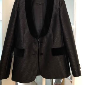 Varetype: blazer Størrelse: 4 (38) Farve: sort Oprindelig købspris: 9995 kr.  Smuk silke blazer fra Marc Jacobs runway collection. Knapper og revers er i den smukkeste, tykke velour. Den er foret med stribet for i ærmerne (se billede)  Jeg bytter ikke, desværre og køber betaler udgifter ved tspay samt porto :)