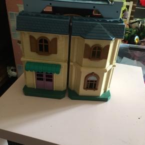 Dukkehus inkl masser af møbler mm.  Byd