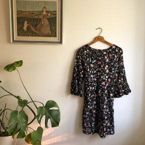 Sød mini sommerkjole med bindebånd og luftige ærmer, så fin.  Er brugt i en periode, men synes ikke der er nogen slidstegn.   #30dayssellout