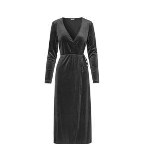 Enpark kjole fra envii i str. M, brugt en gang og fejler intet.   Bytter ikke og sender kun på købers regning 😊
