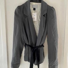 H&m jakke xs  55 cm lang -fast pris -køb 4 annoncer og den billigste er gratis - kan afhentes på Mimersgade 111 - sender gerne hvis du betaler Porto - mødes ikke andre steder - bytter ikke