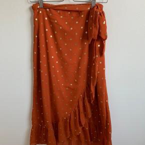 Næsten ny (kun brugt og vasket 1 gang) smuk wrap nederdel fra pieces med guld prikker. Passer også str 36.