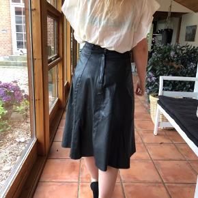 Vildt lækker læder nederdel. I Sort læder. Den er stort set ikke brugt. Den er smal i taljen ( 70cm )