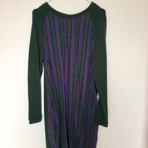 Super fin kjole fra Ganni.  Str. Xs, men passer også fint en S. Ikke en tætsiddende model, men lidt løst fit.    Giver gerne lidt rabat ved køb af flere ting :-)  Bytter ikke og sender ikke billeder af mig selv.  Handler også gerne via mobilepay :-)