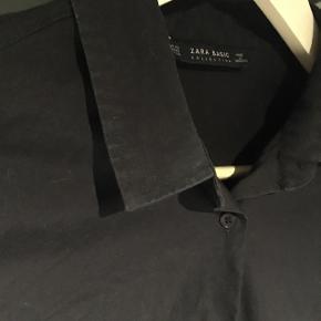 """Mørkeblå zara """"slim fit"""" skjorte str xsBrugt få gange, perfekt stand Købt for cirka 250kr Sælges for 100kr inkl fragt - er åben for bud"""