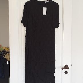 Flot kjole fra Mango Suit, med korte ærmer, sort i str large. Stadig med tags, og kun været ude af posen for at tage billederne.