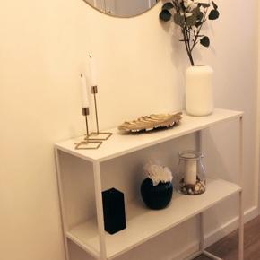 Hvid konsolbord/entrébord i metal. Købt i Jysk for 699. Fejler intet.   Mål: B: 80. H: 81. D: 26.  Vægt: 8kg.