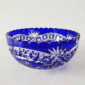 Stor blå krystal skål. Måler 20,5 cm i diameter, 9 cm i højden og vejer 1,6 kg.
