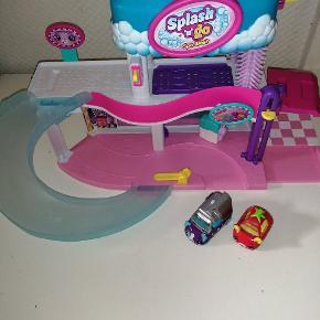 Shopkins cutie cars vaskehal og garage. Bilerne til vaskehallen skifter farve når de bliver våde.  Pris er pr stk