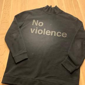 Sort sweatshirt med tekst for an og bag på. Brugt få gange