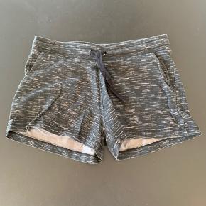 Sælger disse shorts fra H&M, str. 11-12.
