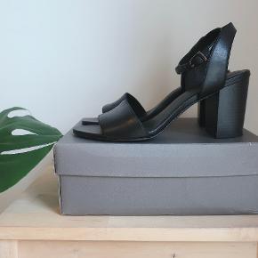 Sorte Vagabond stiletter. Måler 24 cm omkring anklen eller mindre. De er brug en gang og er så gode som nye. Kommer i original æske. Hælen er 7,5cm.