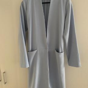 Flot blazer/kimono eller jakke med bindebånd 64% polyester  34 %viskose 2 % spandex Lille plet på ærme, kan nok gå af i vask. Fejler ikke noget.