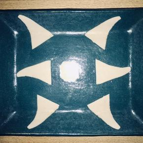 Smukt keramisk fad i blå/grøn.