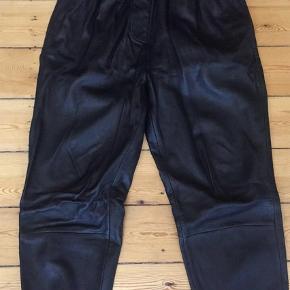 Varetype: Bukser Farve: Sort Oprindelig købspris: 2200 kr.  Flotte baggy læder bukser style Rusti pants.  Brugt få gange.    Ny pris 2200,-