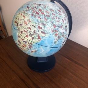 Globus med dyrearter. Mindre solskade på den øverste del af globusen (se billede).  Højde: ca. 37 cm Bredde: ca 25 cm