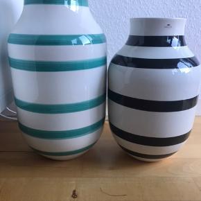 Jeg sælger mine to Kähler Omaggio vaser.  Den sort stribede er 30,5 cm høj og sælges til 150kr.   Den turkis stribede er 37,5 cm høj og sælges til 200kr.   De er i pæn stand uden skår eller lign.
