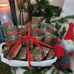 Så bliver succesen gentaget igen i år 😍🎄🎁  Jeg laver lækre makeup pakkekalendere med 24 indpakkede gaver på bestilling. 🎄🎁  Skal du, din mor, din datter, din veninde eller din  kæreste forkæles med en lækker, nem og super billig julekalender? SÅ SER HER!!! 👏😍   - Se et eksempel på hvordan de kan se ud, på billederne. (kurv medfølger ikke)  - ALLE VARER ER NYE og full size.     - Mærker såsom: Coolcos, HOT Makeup, osv.  - Indeholder bl.a.: Neglelak, læbestift, øjenskygge, eyeliner, blush, pudder, vipper og meget mere.   - Vejl. nypriser er til sammen 994kr. hvis man selv vil i eks. Normal butikken og købe alle 24 dele. (gavepapir ikke medregnet)   - Så spar 744kr. + alt bøvlet og køb din pakkekalender her for KUN 250KR. pp.   - Jeg har bevist ikke lagt et billede op af indholdet, da meget af overraskelsen vil gå af. Men kontakt mig i PB, for at se indholdet. (Vil ikke anbefale, hvis den er til dig selv 😉 )    - Jeg bytter desværre ikke. 😊  - Brug gerne køb nu. 😊  -Skriv PB ved evt. spørgsmål 👍😉  - God jul 🎄😍🎁