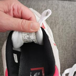 Super fede sneakers. Lidt store i størrelsen.