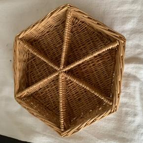 Når du nu har bagt forskellige slagssmåkager så skal de ikke blandes !. Her er en flettet 6 kantet kurv med 6 rum ! Diameter 29cm og højde 5 cm. pris kr 30