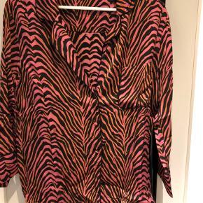 Ny pyjamas look skjorte - aldrig brugt.  Fed til jeans og med 3/4 ærmer  Køber betaler fragt