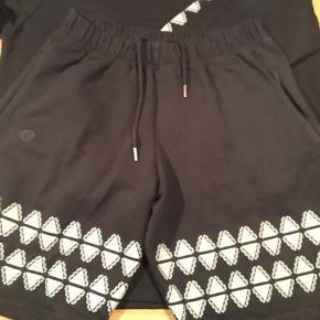 Arrogant artist shorts  Dansk designet mærket  Kan købes som sæt med trøje til 250kr Sæt pris fra ny 1600kr