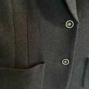 Lækker blazer fra GUSTAV i uld- og bomuld blanding. Fine blå og hvide knapper. Lukkes foran med to knapper og 5 knapper ved håndled. To lommer foran. Fint lyseblåt og hvidt foer. Brugt max et par gange.  Oprindelig købspris 1600,-  Sender gerne på købers regning med DAO.