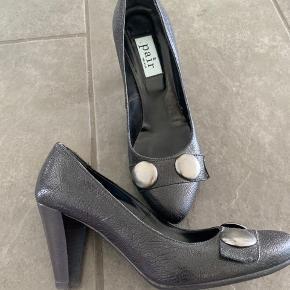 Super lækre sko der er behagelige at have på. De er brugt 4-5 gange, så standen er rigtig  fin 😊